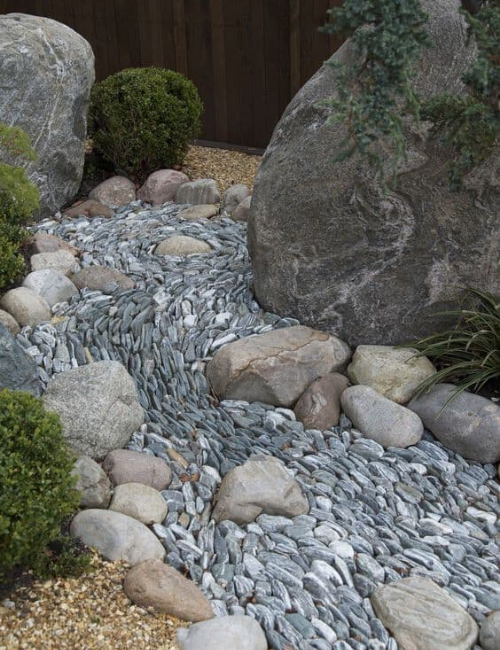 Vertically arranged stone bed with the concept of flowing water.