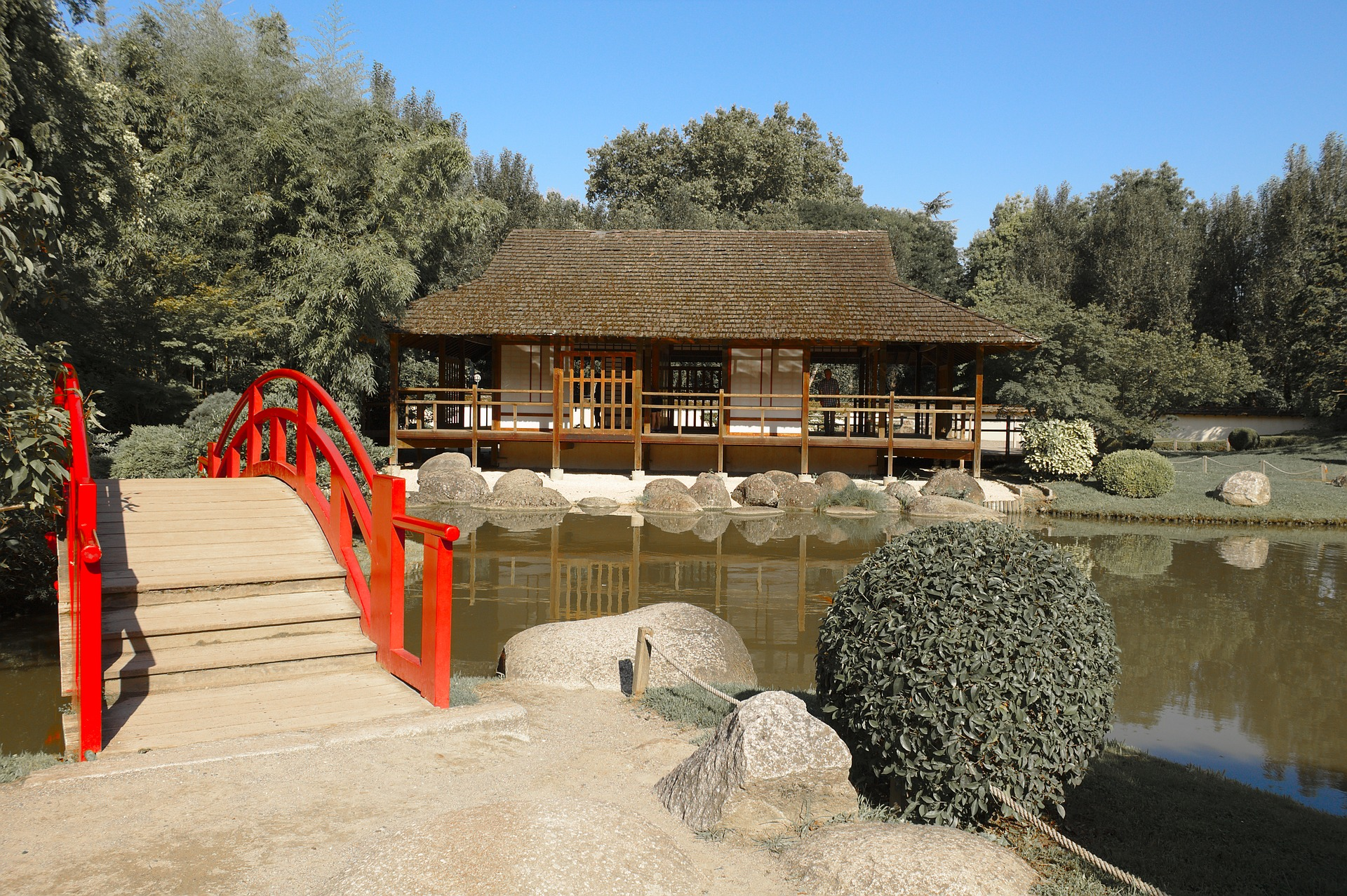 A tea house and a red-painted bridge.