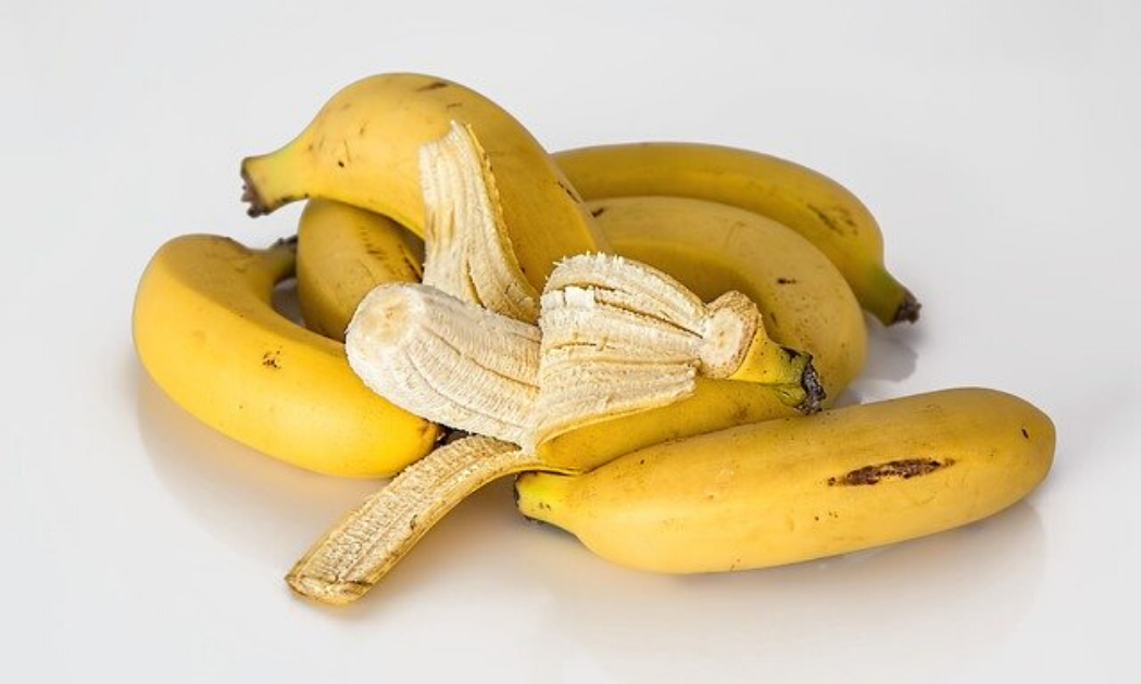 Seven pieces of ripe bananas.
