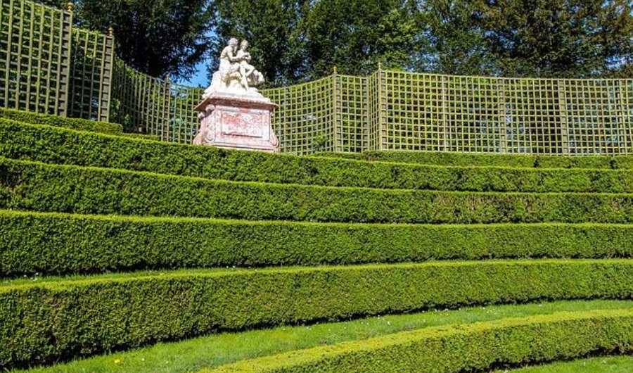Hedges structured in five linear tiers.